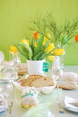 Gedeckter Ostertisch mit Blumen