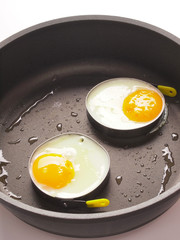 Fond de hotte en verre imprimé Ouf close up of fried eggs in a pan