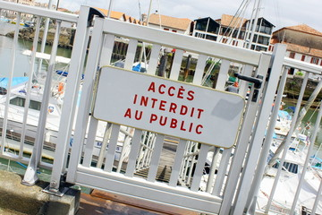 porte sécurisée, interdit public sur les quais
