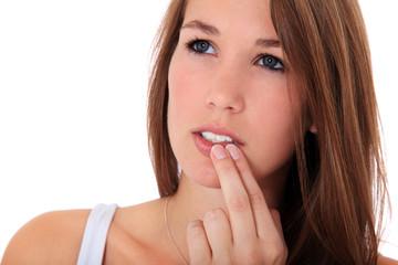 Junge Frau kontrolliert ihr Zähne