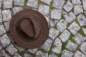 ein Hut auf der Strasse