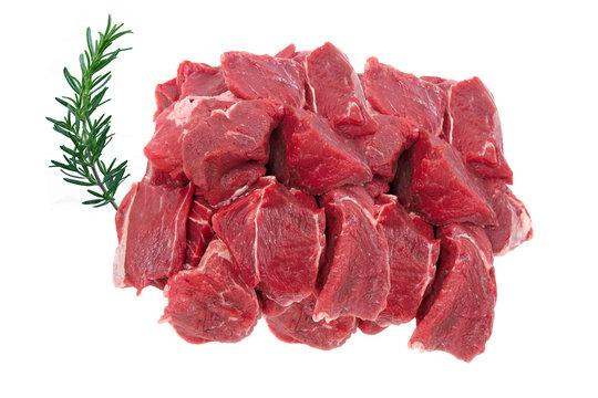 viande cru de boeuf bourguignon sur fond blanc