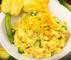 riso alle zucchine con fiori gialli