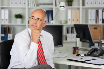 ernster geschäftsmann im büro