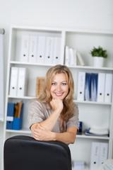 freundlich blonde frau im büro