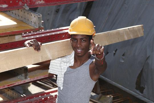 portrait jeune ouvrier africain