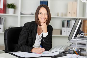 lächelnde frau in ihrem büro