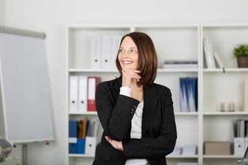 glückliche frau in ihrem büro