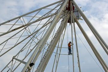Arbeiter beim Aufbau eines Riesenrades 1