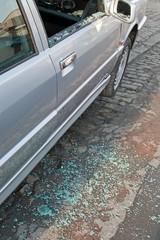 bris de glace, vandalisme sur voiture, vitre cassée