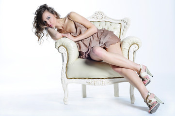 piękna dziewczyna na fotelu