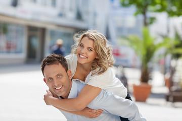lachendes junges paar in der stadt