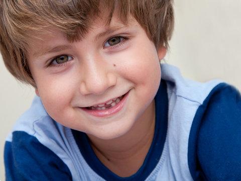 bambino sorridente senza un dentino