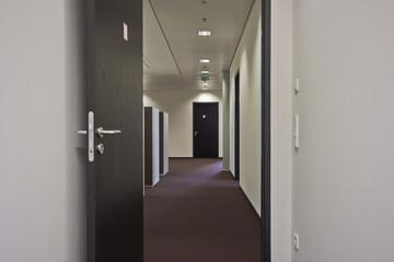 langer Gang in Bürogebäude