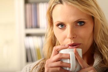 Blondine mit Kaffee