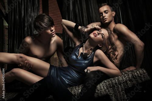 Один Мужчина Броский Секс С Двумя Девицами Имел
