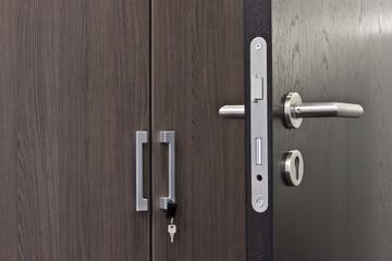 offene braune Tür Türgriff im Detail