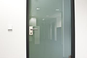 Glastür mit Spiegelung