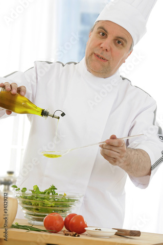 Chef cuisinier filet d 39 huile d 39 olive photo libre de for Cuisinier 68