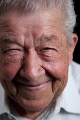 Senior grinst vor Freude