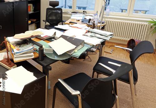 Chaotischer schreibtisch  Aufgeräumter und strukturierter Schreibtisch im Büro