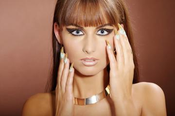 Hübsche junge Frau mit Stiletto Nägel posiert, quer, closeup