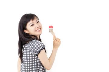 ペンキを塗る女性