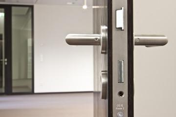 offene Tür Türgriff Detail