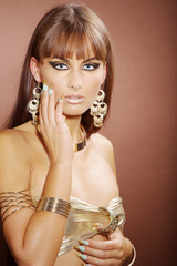 Beauty Frau mit Stiletto Nägel blickt hübsch, hoch