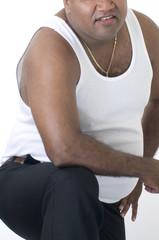 Hombre gordo de color en fondo blanco