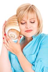junge Frau horcht an einer Muschel
