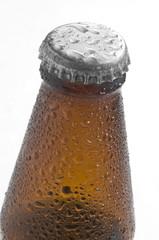 Botella de cerveza con tapa en fondo blanco
