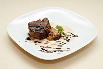 Жаренное мясо оленя под сливочным соусом