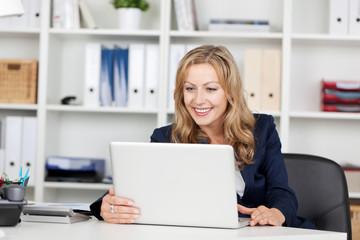 frau im büro liest ihre emails