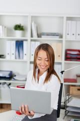 lächelnde bürokauffrau mit laptop