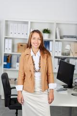 junge geschäftsfrau steht im büro