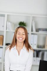 lachende geschäftsfrau im büro