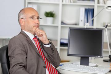 nachdenklicher geschäftsmann am computer