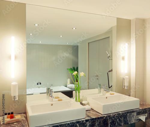 Doppelwaschtisch Im Badezimmer Mit Grossem Spiegel Stock Photo And
