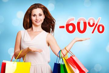 junge Frau zeigt -60% Angebot