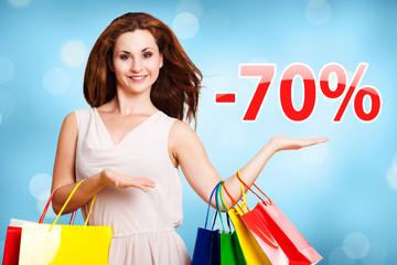junge Frau zeigt -70% Angebot