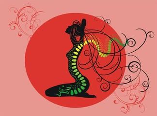Силуэт девушкина фоне солнца с тату дракона