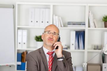 nachdenklicher manager am telefon
