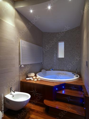 grande vasca da bagno rotonda in bagno moderno\