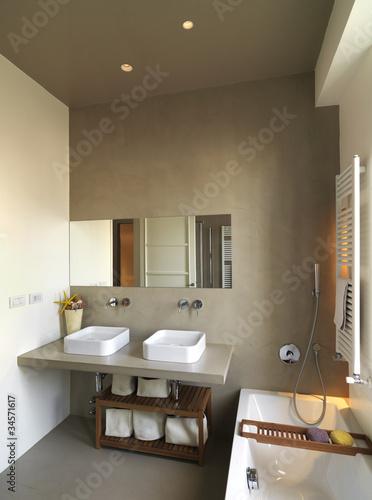 moderno bagno con due lavabi e vasca da bagno\