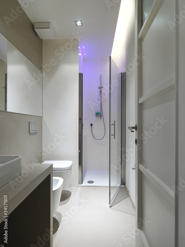 Moderno bagno con box doccia e cromoterapia immagini e - Box doccia cromoterapia ...