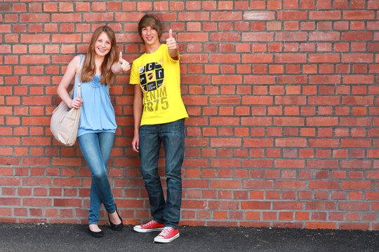 Zwei Teens an der Mauer 140811