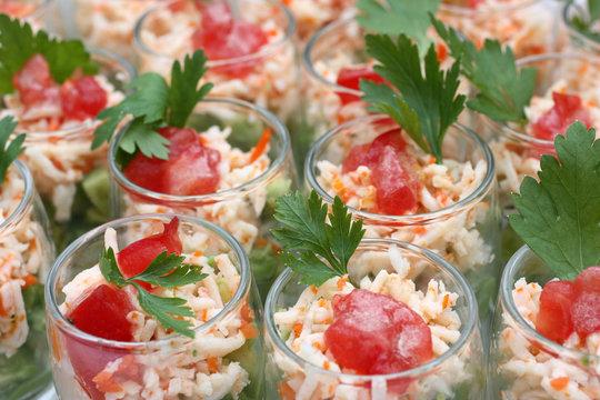 Verrines d'entrée au surimi, avocat, tomate et persil