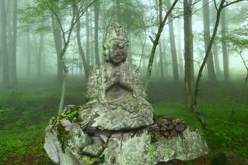 霧の中の石像