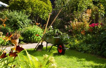 Fototapeta premium Praca z taczką w ogrodzie